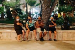 4 מבוגרים יושבים ומדברים על קרן הפנסיה - אילוסטרציה